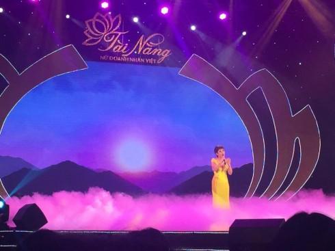 Phần trình diễn của thí sinh Hoàng Phương đến từ Hiệp hội Nữ doanh nhân Hà Nội được Giám khảo Nhạc sĩ Huy Tuấn đánh giá là phần thi đầy cảm xúc, ấn tượng nhất trong đêm diễn.