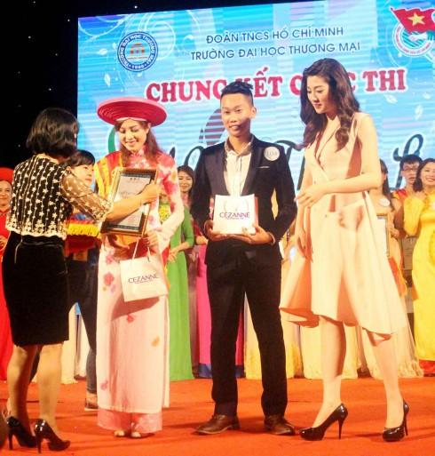 Á hậu Tú Anh đại diện BTC trao giải nhất cuộc thi.