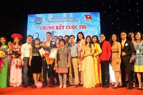 Á hậu Tú Anh chụp ảnh lưu niệm cùng Ban tổ chức và các bạn sinh viên.
