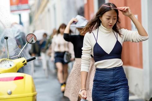 Bạn có thể mặc với áo len dệt kim hoặc áo thun. họa tiết hay màu sắc rực rỡ đều có thể.
