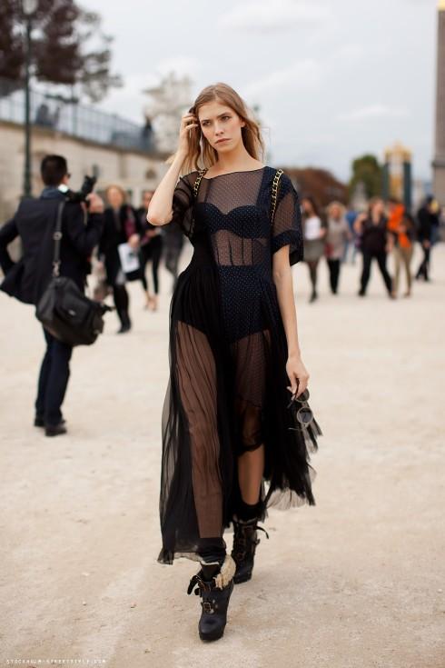 Vừa nữ tính, vừa quyến rũ, an toàn nhất là phối với áo lót cùng màu trang phục.