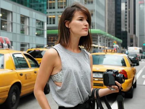 """""""Sự lấp ló"""" của chiếc áo bra và vẻ thoải mái của áo thun tạo nên nét quyến rũ rất hiện đại vá gần gũi."""