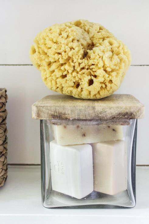 miếng bọt biển, bánh xà phòng handmade đựng trong lọ thủy tinh