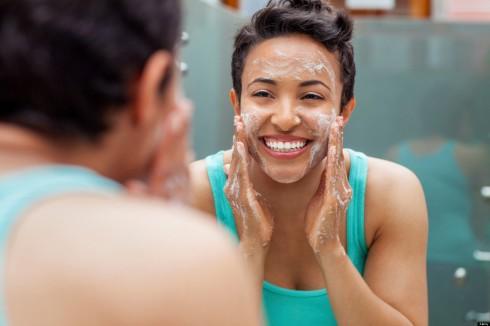 Đừng e ngại khi sửdụng dầu tẩy trang. Loại tẩy trang này sẽ mang đến những khác biệt lớn cho khuôn mặt của bạn.