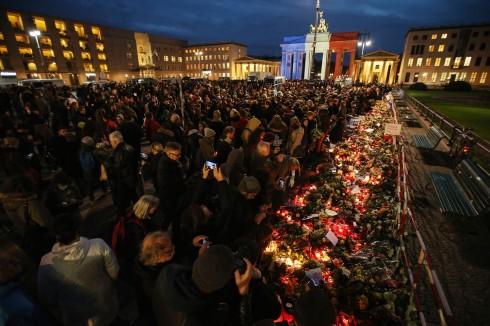 Hàng ngàn người Đức đã đến tòa Lãnh sự quán Pháp tại Berlin để thắp nến và tặng hoa tưởng niệm sự kiện đau buồn này