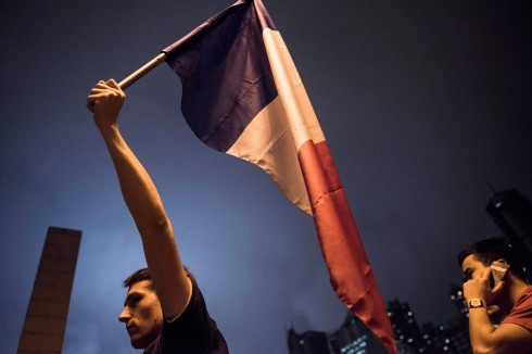 """""""Chúng ta không bao giờ đầu hàng trước thế lực khủng bố"""", lá cờ Pháp vẫn giương cao cũng như người Pháp sẽ không bao giờ khuất phục"""