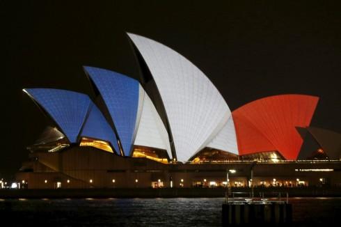 Người Úc gửi thông điệp chia buồn với nước Pháp bằng cách thắp sáng biểu tượng của nước mình, nhà hát Sydney với 3 màu của lá cờ Pháp
