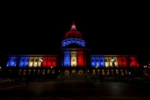 ...và Quảng trường Thành Phố City Hall ở San Francisco, Mỹ cũng hướng về nước Pháp