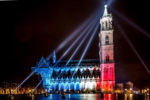 Nhà thờ của St. Khatarina và St.Mauritus ở thành phố Magdeburg, Đức cũng được thắp sáng rực rỡ bởi màu cờ Pháp