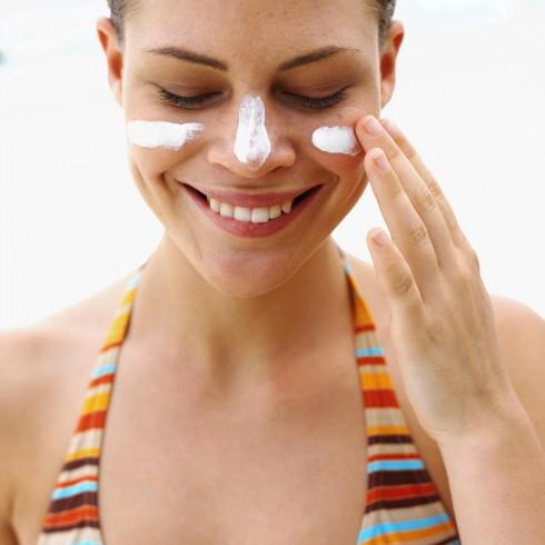 Thoa kem dưỡng ẩm có chứa SPF cũng là một cách để bảo vệ da trong những ngày tập thể thao ngoài trời