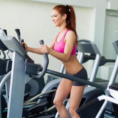 Dùng khăn giấy ướt diệt vi khuẩn để lau những tay cầm hay bề mặt của những thiết bị phòng gym là một cách để ngăn ngừa sự lan truyền của vi khuẩn gây mụn