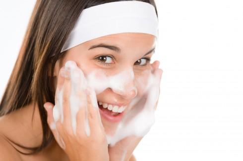 Dùng sữa rửa mặt có thành phần ngừa mụn như benzoyl peroxide hay salicyclic acid sau khi tập gym