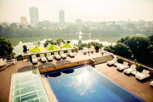 Bể bơi tầng thượng khách sạn với tầm nhìn tuyệt đẹp hướng ra Hồ Gươm lung linh.