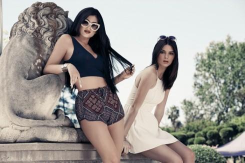 Kendall và Kylie Jenner trong thiết kế của bộ sưu tập mùa hè 2015 của Pacsun. Họ hợp tác thiết kế với Pacsun từ năm 2012