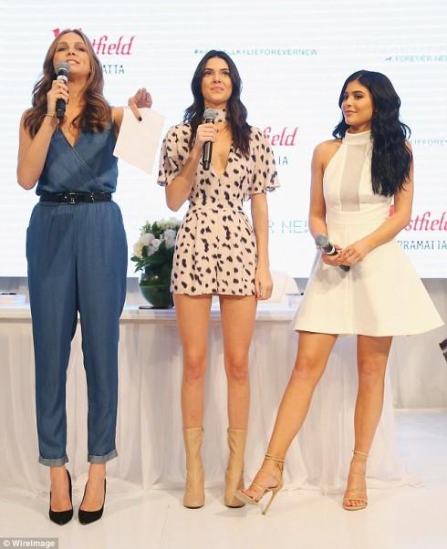 Chị em Jenner tại buổi quảng bá cho bộ sưu tập mới của mình hợp tại trung tâm thương mại Westfield, tại Sydney, Úc ngày 17/11 vừa qua. Kendall Jenner trong bộ jum
