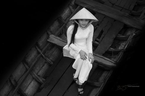 High School Girl in Mekong Taxi (Nữ sinh trung học trên con thuyền Mekong)