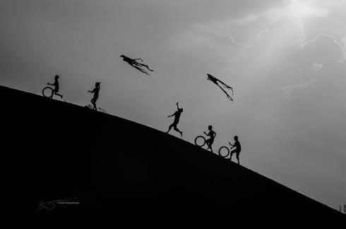 Champa Kids on The Dunes (Những đứa trẻ Champa trên cồn cát)