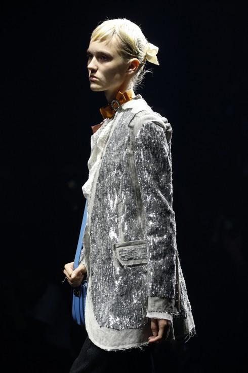 Lấp lánh nhưng cá tính và không lòe loẹt. Đây là những từ khóa cho xu hướng ăn mặc lung linh sequins. Trong ảnh là một mẫu thiết kế của Lanvin.