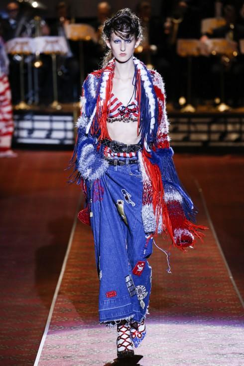 Marc Jacobs là một trong các sàn diễn thời trang xuất hiện chất liệu denim quen thuộc với đời thường và đa năng này.