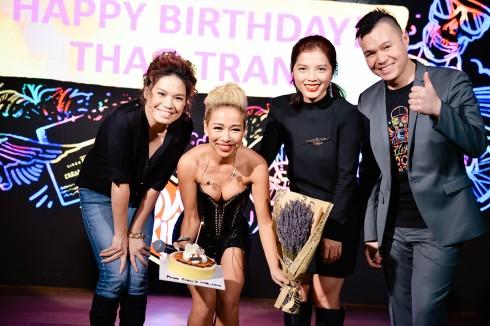 Không chỉ dừng lại ở đó, khi biết sinh nhật Thảo Trang trùng ngày với sự kiện ra mắt, nhãn hàng đã bất ngờ chúc mừng sinh nhật của cô ngay sau phần trình diễn của Thảo Trang trên sân khấu.