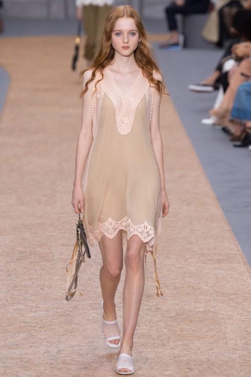Slip-dress là một trong những item thời trang mang tính cách mạng hóa trong mục đích và ý nghĩa phục vụ. Trong hình là mẫu thiết kế của Chloé.