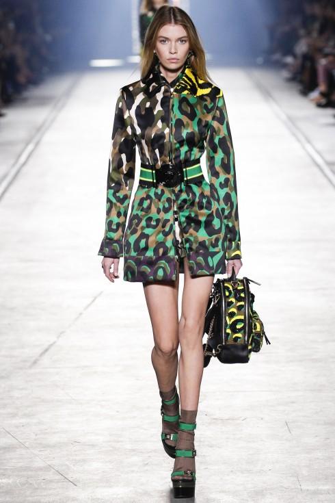 Versace và khúc ca giàu ý nghĩa của mình... và cả họa tiết đậm đặc ấn tượng, hoang dại đã khiến giới thời trang hết lời khen ngợi.