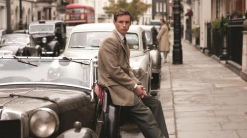 Nhân vật Colin (Eddie Redmayne) là người Anh với phong cách ăn mặc chỉn chu, cổ điển hơn.