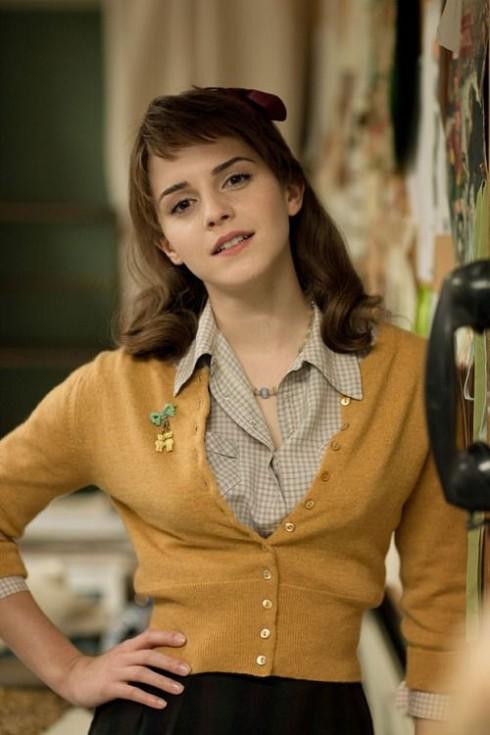 Bảng màu cho quần áo của Lucy trầm hơn và vintage với áo sơ mi, váy chữ A và áo cardigan ngắn.