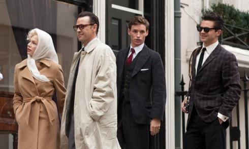 """Sự khác biệt giữa quần áo mang tính """"Anh"""" và """"Mỹ"""" được thể hiện rõ qua cách ăn mặc của các nhân vật."""