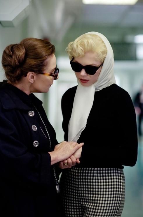 Kính râm, khăn chiffon là hai phụ kiện đặc trưng của Marilyn.