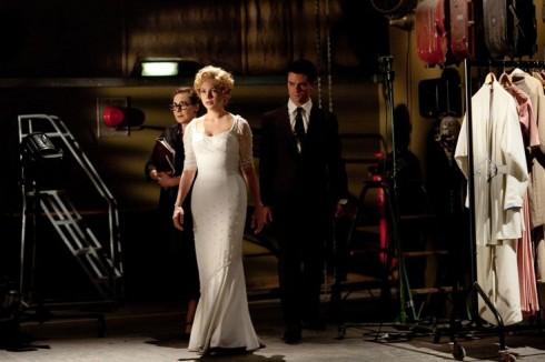 Chiếc đầm trắng  được quay phim liên tục trong 11 ngày liền, và đến ngày thứ 4, dây kéo kim loại bị hư. Chiếc váy đã hoàn thiện, Taylor và trợ lý phải phải tháo bung nó ra chỉ để sửa phần dây kéo mỗi ngày.