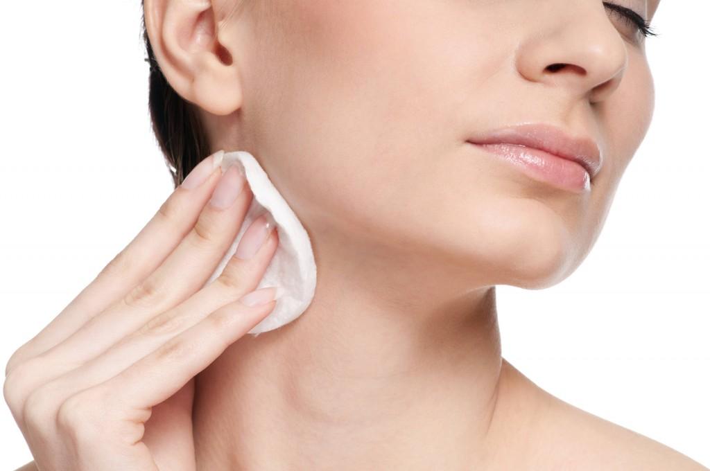 Ngoài ra, bạn không nhất định phải dùng nước hoa hồng cùng với bông tẩy trang. Nếu sở hữu làn da nhạy cảm, bạn có thể cho toner ra lòng bàn tay và vỗ nhẹ lên mặt.