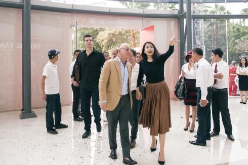 Ông chủ Mango và bà Trương Hoài Anh tham quan công trình và tiến độ xây dựng cửa hàng Mango Mega Store tại Vincom Nguyễn Chí Thanh