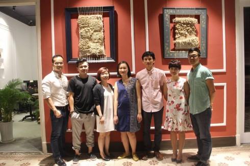 """Nghệ sĩ thị giác Nguyễn Thùy Trang (giữa) chụp ảnh cùng Chủ tịch Toong Coworking Space - Dương Đỗ (ngoài cùng bên trái) và các thành viên trong ban tổ chức nhân buổi khai mạc triễn lãm """"Làm Tổ""""."""