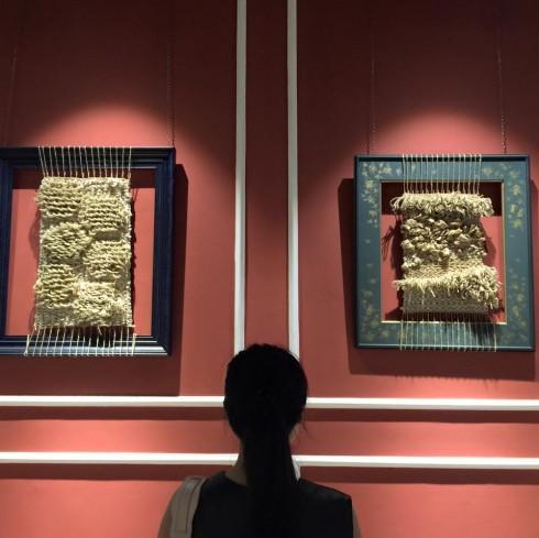 """""""Làm Tổ"""" không chỉ được lấy cảm hứng từ những chiếc Tổ Ong mà còn là cách mà nghệ sĩ Nguyễn Thùy Trang kể câu chuyện của mình khi chuẩn bị làm mẹ."""
