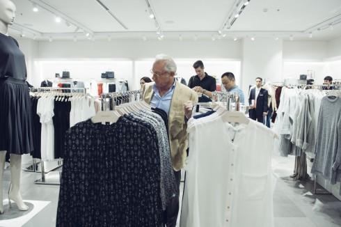Ngài Isak tham quan cửa hàng Mango Mega Store Vincom Royal City