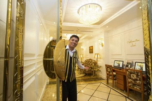 Nụ cười tươi đón du khách đến trải nghiệm vẻ đẹp Hà Nội.