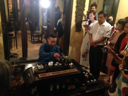 Nghệ nhân trà Cao Sơn giới thiệu tới du khách nghệ thuật thưởng trà Việt.