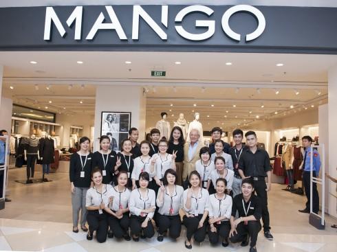 Ngài Isak Andic cùng đội ngũ nhân viên cửa hàng Mango Mega Store Royal City