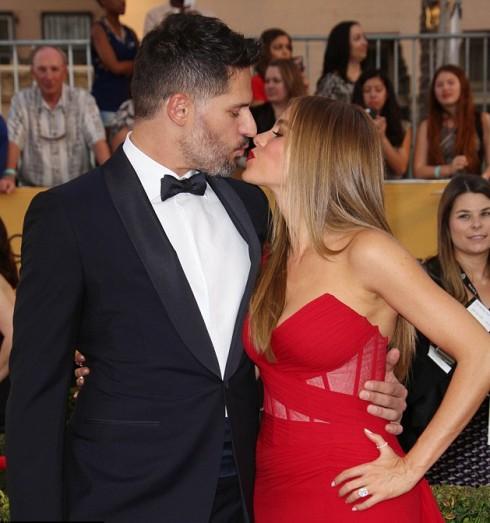 Cặp đôi hạnh phúc bên nhau mọi lúc mọi nơi, dù là trên thảm đỏ trang trọng...