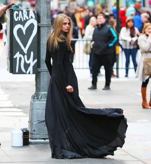 Cara Delevingne quá nữ tính với đầm xòe tông đen