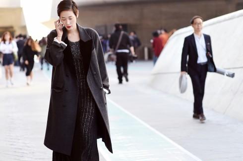 Độ dài cũng đầm và độ dài của áo khoác cần có một tỉ lệ hòa hợp với nhau.