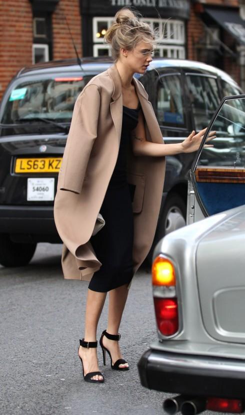 Áo khoác mang tông màu trung tính thì dễ kết hợp trang phục hơn những tông màu nổi.