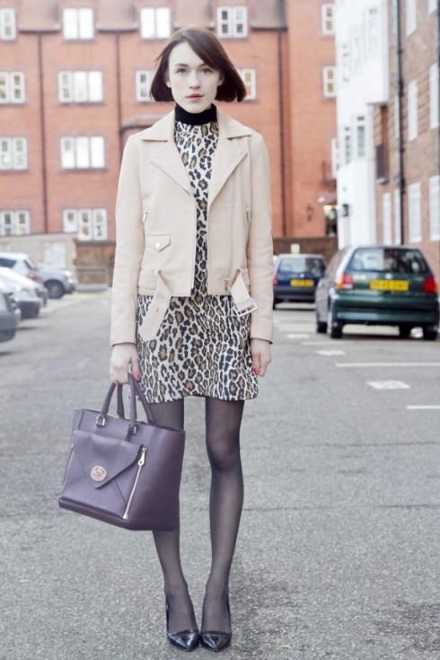 Màu sắc của chiếc áo khoác bạn mặc cần có khả năng cân bằng với họa tiết.