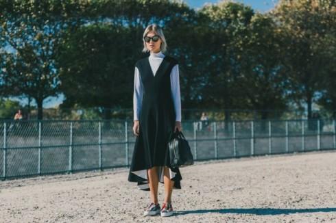 Đầm không tay và áo cổ lọ là cách phối đồ quen thuộc của nhiều fashionista.