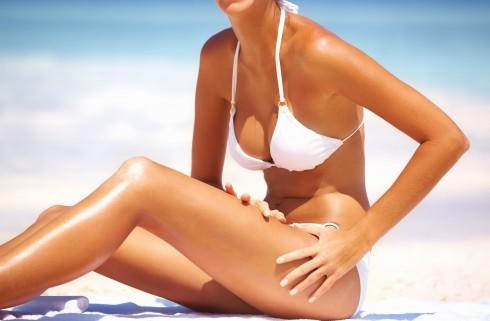 Khi tắm nắng, làn da của bạn sẽ mất nước hơn bình thường, vì thế bạn phải nhớ cung cấp đủ nước cho cơ thể mỗi ngày
