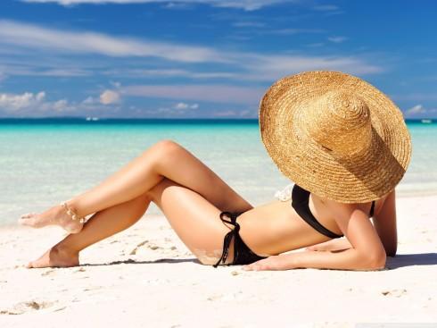 Khi tắm nắng, bạn nên lưu ý đến thời gian phơi nắng và phân bổ thời gian phơi cho từng phần của cơ thể một cách hợp lý giúp làn da được đều màu
