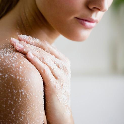 Tẩy tế bào chết là bước bắt buộc trước khi phơi nắng giúp làn da dễ dàng ăn nắng và đều màu hơn