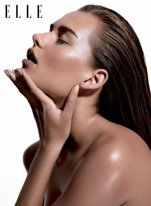 Bí quyết để dưỡng thể bằng dầu mà không sợ nhờn dính? Hãy thoa dầu ngay khi vừa ra khỏi phòng tắm khi da bạn còn đang ẩm ướt.