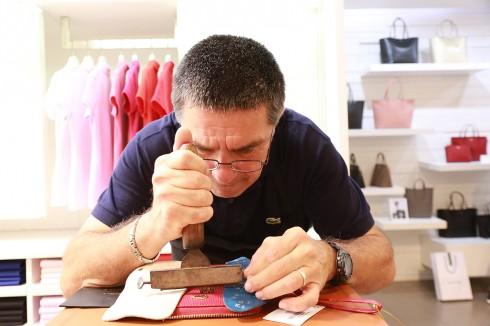 Các khách mời vô cùng thích thú khi được tay nghề thủ công tài hoa của nghệ nhân Pascal tận tay khảm vàng tên cá nhân trên những chiếc túi xáchCHANTACOnhư món quà tặng tri ân từ thương hiệu.